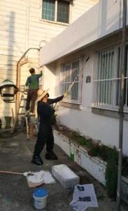 외벽 페인트 칠에 한창인 봉사팀